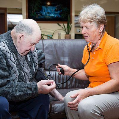 Как устроить больного деменцией в дом престарелых пожилой миллиардер выгнал семью негров из дома